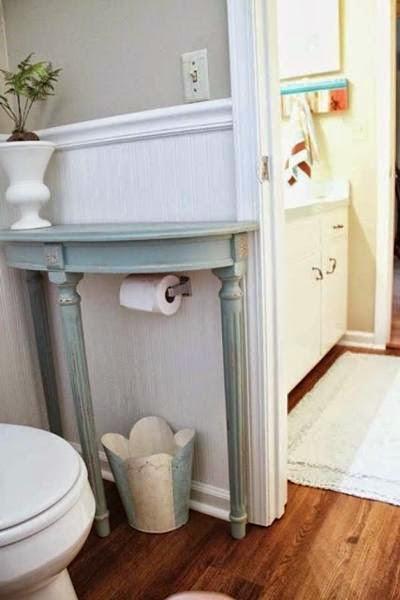 Ajoutez une demi-table dans votre salle de bains pour avoir un espace de rangement supplémentaire.