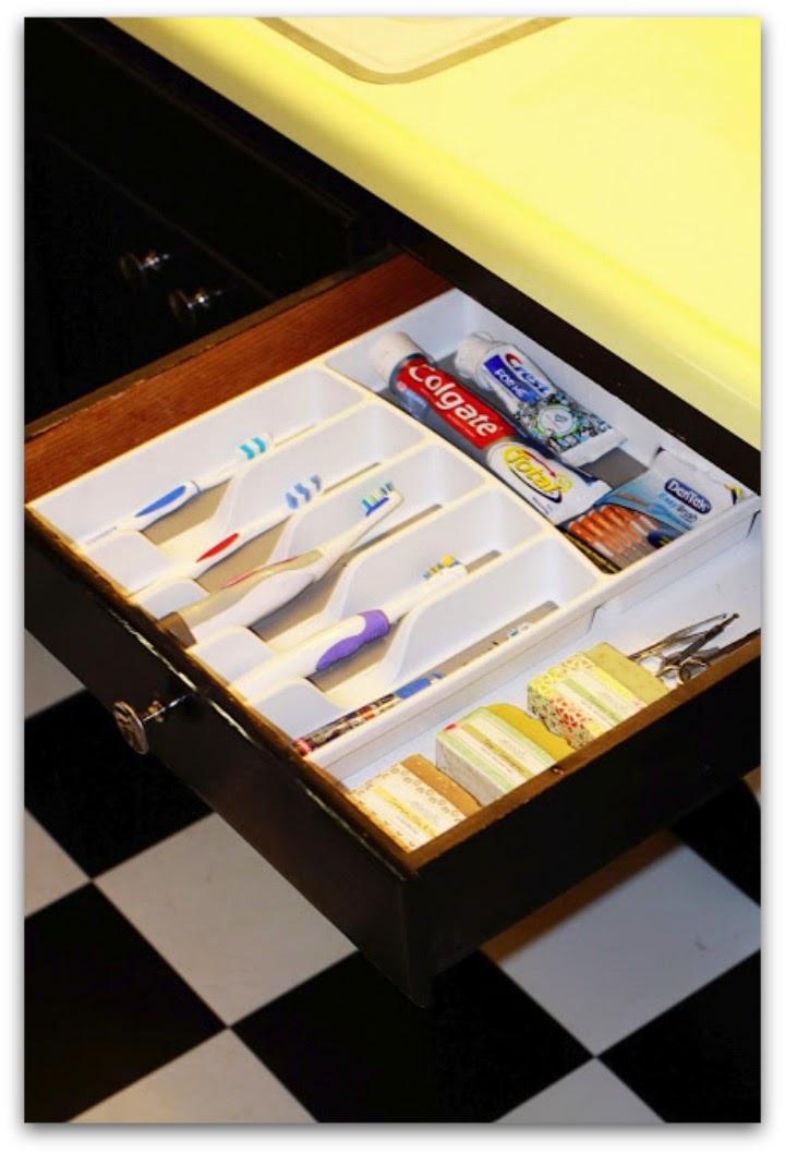 Brosses à dents et dentifrice dans un range couverts