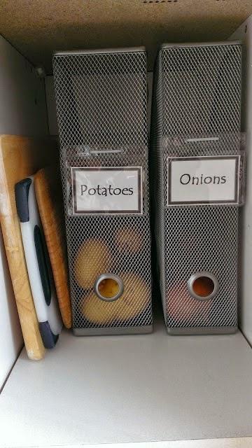 Pommes de terre et oignons dans des range-revues en méta