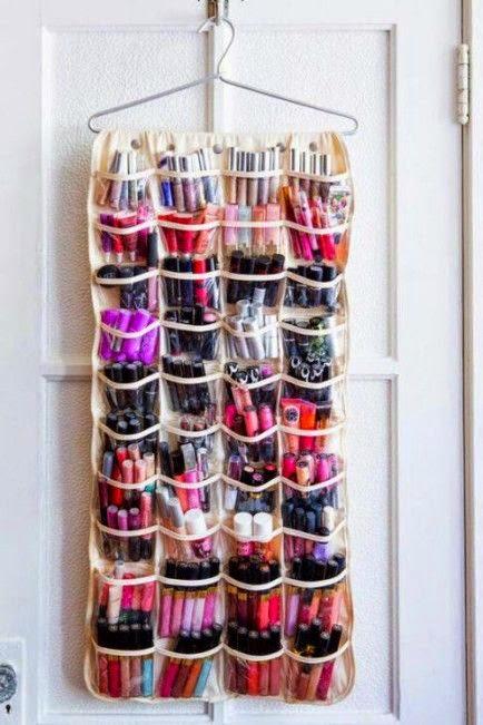 Un organiseur à chaussures pour les produits de beauté