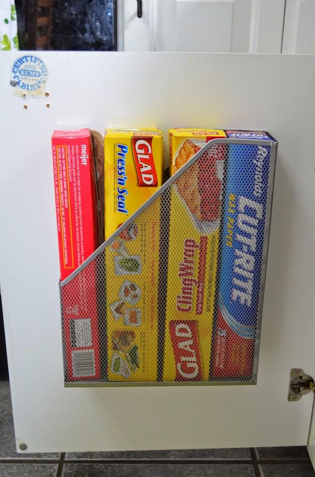 Un range-revues pour les rouleaux de film plastique, de papier alu et autres