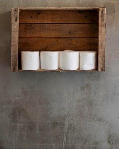 Une caisse en bois recyclée pour ranger le papier toilette