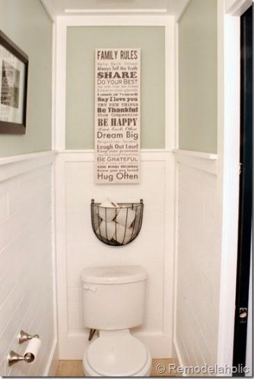 un panier en métal au dessus des toilettes